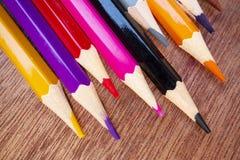 Les crayons color?s ont arrang? d'une mani?re ordonn?e image libre de droits