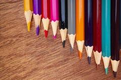 Les crayons color?s ont arrang? d'une mani?re ordonn?e images libres de droits