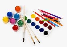 Les crayons colorent et gouache de peinture Photographie stock