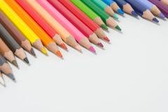 Les crayons colorent sur le fond blanc, groupe de couleur de crayons images stock