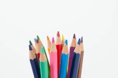 Les crayons colorent sur le fond blanc, groupe de couleur de crayons photographie stock libre de droits