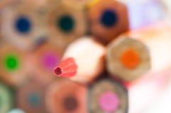 Les crayons de couleur se ferment vers le haut du macro tir sur le blanc Photos libres de droits