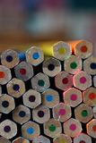 Les crayons empilés de couleur se ferment avec l'espace pour le texte de copie Photographie stock