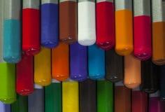 Les crayons empilés de couleur se ferment vers le haut du tir montrant différentes couleurs images libres de droits
