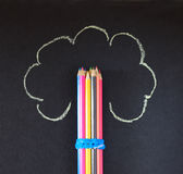 Les crayons empilent avec l'arbre peint Photo stock