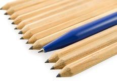 Les crayons jaunes ont garni oblique d'un crayon lecteur Photos stock
