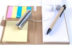 Les crayons, stylos, presse-papiers, ont mis dessus votre bureau, sur un backg blanc Photos libres de droits