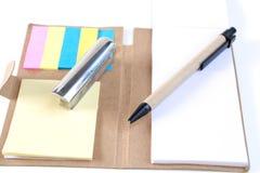 Les crayons, stylos, presse-papiers, ont mis dessus votre bureau, sur un backg blanc Photo stock