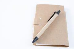 Les crayons, stylos, presse-papiers, ont mis dessus votre bureau, sur un backg blanc Image stock