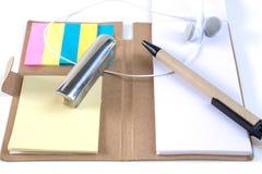 Les crayons, stylos, presse-papiers, ont mis dessus votre bureau, sur un backg blanc Images stock
