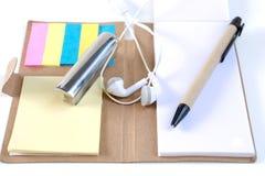 Les crayons, stylos, presse-papiers, ont mis dessus votre bureau, sur un backg blanc Photographie stock libre de droits