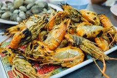 Les crevettes brûlent le service sur le plat à Ayutthaya, Thaïlande photographie stock libre de droits