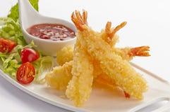 Les crevettes enormes de Tempura avec de la salade et le Salsa plongent du plat blanc et du fond blanc Images stock