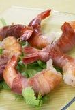 Les crevettes ont roulé dans le prosciutto Images libres de droits