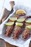 Les crevettes roses crues de roi avec garnissent Images libres de droits