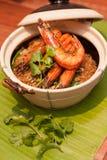 Les crevettes roses cuites au four avec des vermicellis - faites les crevettes roses cuire au four avec des vermicellis mélangés Image stock