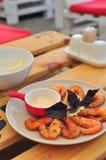 Les crevettes roses de roi ont grillé avec de la sauce à ail crémeuse Photos libres de droits