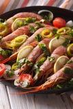 Les crevettes roses de tigre avec le citron et les légumes se ferment  vertical Photographie stock libre de droits