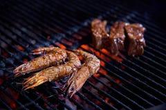 Les crevettes roses de tigre ont grillé des fruits de mer, des crevettes, la nourriture de rue et le BBQ de plage images libres de droits