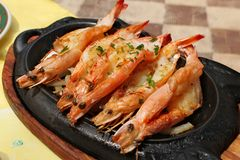 Les crevettes roses royales cuites au four ont servi d'un plat chaud Photos stock