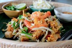 Les crevettes roses thaïlandaises de protection sur la banane part dans un panier Images libres de droits