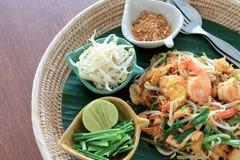 Les crevettes roses thaïlandaises de protection sur la banane part dans un panier Images stock