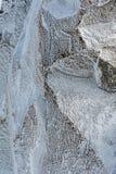 Les cristaux de glace extérieurs de hoar ont formé sur le rockface en hiver photographie stock libre de droits