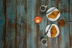 Les croissants cuits au four frais déjeunent avec du beurre et la confiture pour la diffusion Avec du café pour la boisson sur un photographie stock