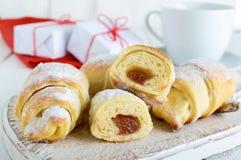 Les croissants faits maison avec le fruit bloquent, décoré du sucre en poudre avec une tasse de thé de matin Photos libres de droits