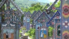 Les croix colorées dans le joyeux cimetière, jaillissent nature verte, sapanta, Roumanie banque de vidéos