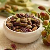 Les ?crous doux, sensibles et parfum?s, les pistaches de Bronte avec la couleur verte brillante, ingr?dient pour la cuisine itali image libre de droits