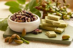 Les ?crous doux, sensibles et parfum?s, les pistaches de Bronte avec la couleur verte brillante, ingr?dient pour la cuisine itali photo stock