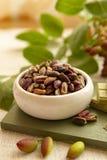 Les ?crous doux, sensibles et parfum?s, les pistaches de Bronte avec la couleur verte brillante, ingr?dient pour la cuisine itali photos stock