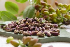Les ?crous doux, sensibles et parfum?s, les pistaches de Bronte avec la couleur verte brillante, ingr?dient pour la cuisine itali photographie stock