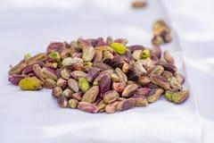 Les ?crous doux, sensibles et parfum?s, les pistaches de Bronte avec la couleur verte brillante, ingr?dient pour la cuisine itali photographie stock libre de droits