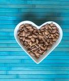 Les ?crous ont arrang? au coeur sur le fond Fin saine d'image de nourriture vers le haut d'amande sur l'assiette creuse Texture d photos stock