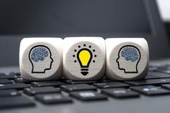 Les cubes découpent avec des têtes et des cerveaux photo libre de droits