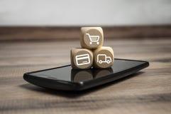 Les cubes d?coupe avec des symboles de achat en ligne image stock
