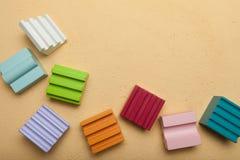 Les cubes des enfants renversés pour la créativité photos stock