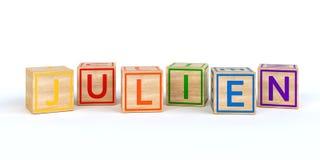 Les cubes en bois d'isolement en jouet avec des lettres avec le nom julien Image stock
