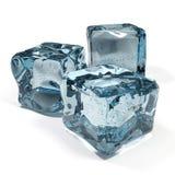 les cubes en fond glacent le blanc d'isolement Photo stock
