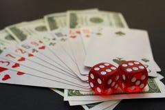 Les cubes et l'argent en cartes de cube se trouvent sur la table photo libre de droits