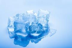 les cubes glacent d'isolement modifié la tonalité Photo stock