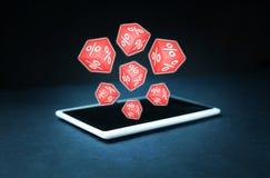 Les cubes rouges avec un pour cent se connecte un comprimé numérique Photographie stock libre de droits