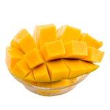 Les cubes/tranches en mangue se ferment d'isolement sur le blanc/macro photos stock