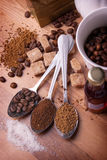 Les cuillères à café avec du divers café se trouvent sur une table Photos libres de droits
