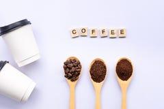 Les cuillères en bois ont rempli de grain de café et ont écrasé le cafè moulu image libre de droits