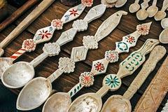 Les cuillères en bois roumaines ont découpé Images libres de droits