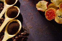 Les cuillères rustiques en bois de plan rapproché se sont remplies de poudre fraîche de tisane, d'autres thés et d'épices à l'arr Images stock