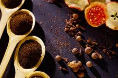Les cuillères rustiques en bois de plan rapproché se sont remplies de poudre fraîche de tisane, d'autres thés et d'épices à l'arr Photo libre de droits